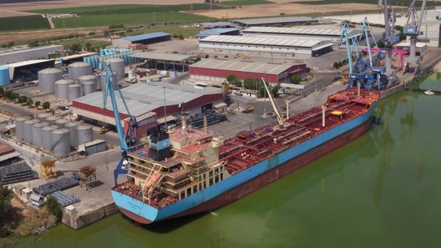 El buque «Maersk Katalin» atracado en Sevilla