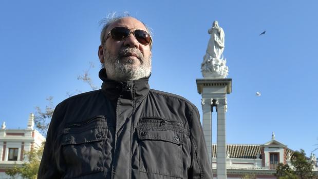 Paco Gallardo posa ante la imagen de la Inmaculada en la Plaza del Triunfo de Sevilla, su rincón preferido