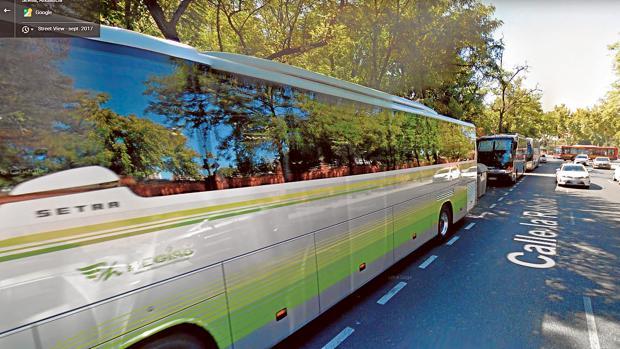 Los autobuses turísticos estacionan en la calle La Rábida, junto a San Telmo