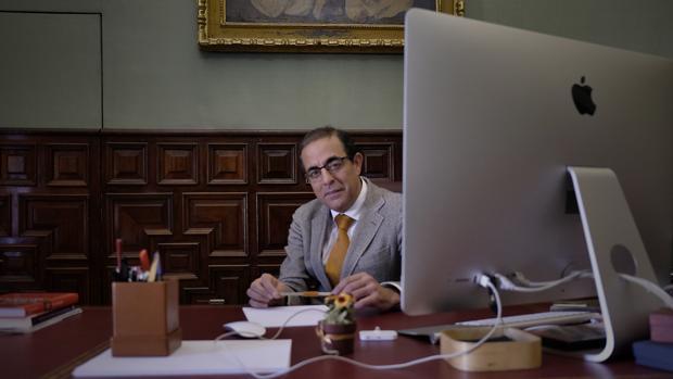 Miguel Ángel Castro en su despacho de la Universidad de Sevilla