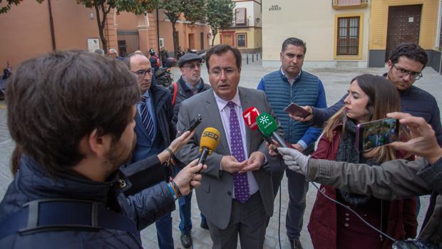 Juan Carlos Cabrera, atendiendo a los medios en una reciente visita a unas obras