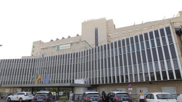 Patrullas de la Policía Nacional en el Hospital Virgen de Valme el día del trágico suceso