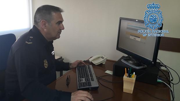 Uno de los agentes de Policía que ha diseñado el sistema es el responsable de impartir la formación
