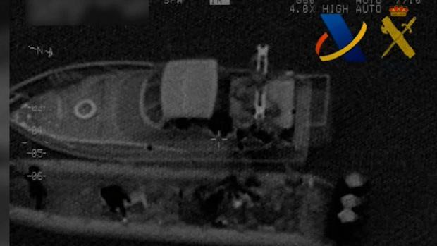 Imagen captada por el helicóptero de Vigilancia Aduanera en la que se ven a los narcos transbordando la droga