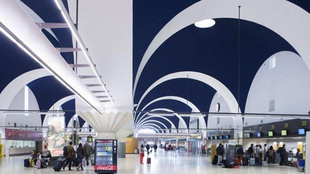 Interior del aeropuerto de Sevilla