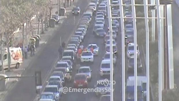 Emergencias atendiendo al afectado en la calle Torneo