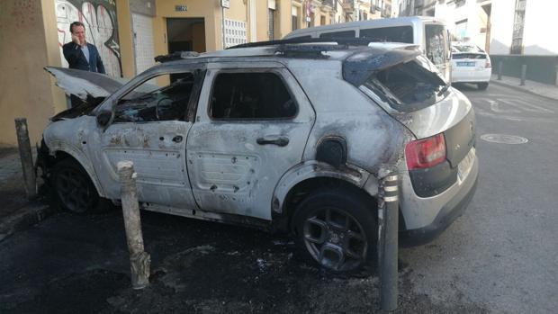 Así ha quedado uno de los dos vehículos afectados por las llamas porque estaba cerca del contenedor