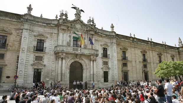 Alumnos de ingenieria de la edificacion se manifiestan en Sevilla
