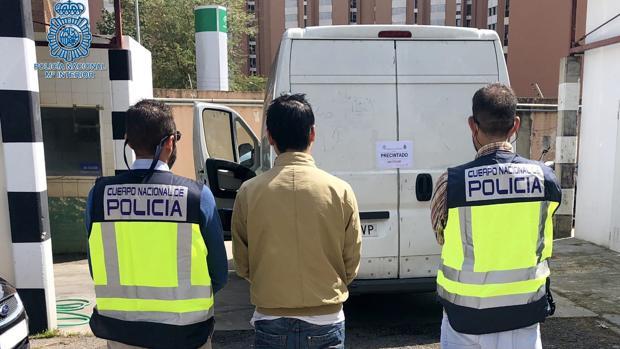 Dos agentes de la Policía Nacional junto al ciudadano chino detenido ante la furgoneta implicada en el atropello mortal