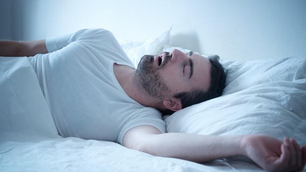 Un hombre duerme plácidamente
