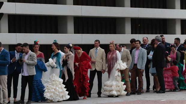 Cola de personas esperando para llegar al Real de la Feria