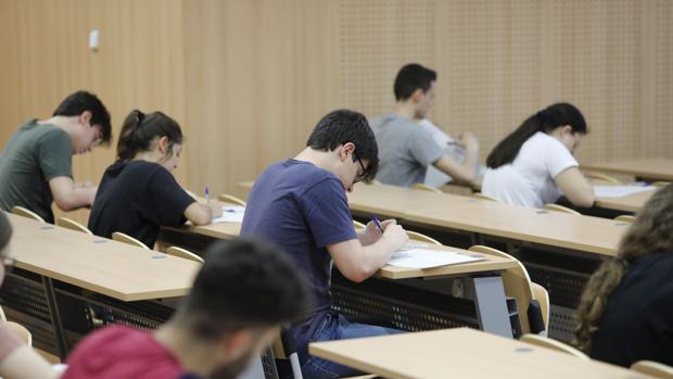 Alumnos realizan un examen de Selectividad en Andalucía
