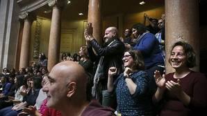Ciudadanos portugueses celebran la aprobación en el Parlamento portugués de cuatro certificados que legalizan la adopción para parejas del mismo sexo, cinco años después de que fuera aprobado en el país el matrimonio homosexual, en Lisboa