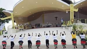 El Papa condena el machismo y el «desprecio a la mujer» en una misa multitudinaria en Nairobi