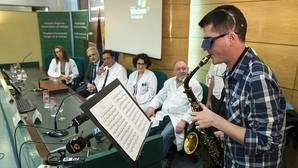 Extirpan un tumor cerebral a un joven mientras toca el saxo para evitar daños