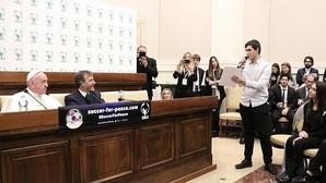 El Papa recibe a seis españoles y explica su proyecto educativo: «Soy servidor de un mundo que se está destrozando»