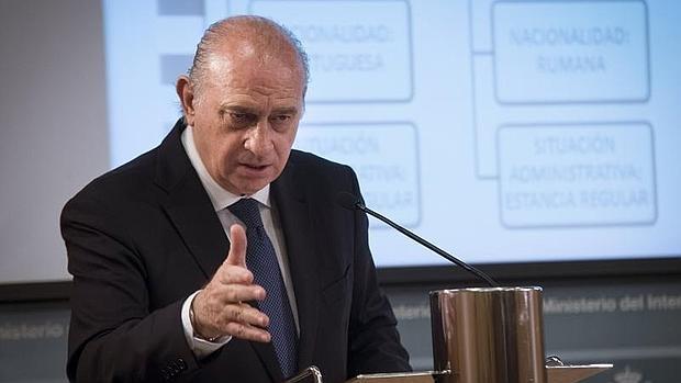 El ministro del Interior, Jorge Fernández Díaz, durante la presentación, este miércoles en Madrid, del balance sobre delitos de odio y trata de seres humanos con fines sexuales o laborales ocurridos en España en 2015