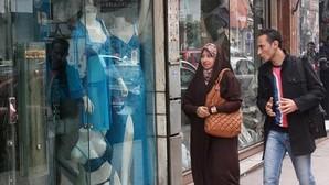 Una pareja pasa ante una tienda de lencería del centro de El Cairo