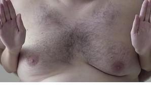La campaña contra el cáncer de mama que utiliza las «tetas» de un hombre para evitar la censura de las redes