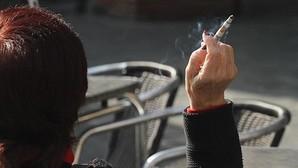 Los médicos de familia critican que se permita fumar en las terrazas cerradas cuando la ley lo prohíbe