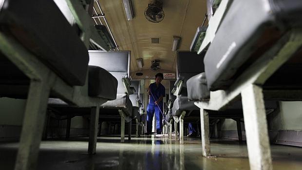 Un hombre limpia un aula para prevenir la aparición de enterovirus