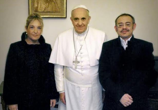 Diego Neira, a la derecha, fue recibido en visita privada y junto a su pareja Macarena por Francisco el 24 de enero de 2015