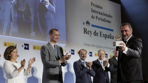 El periodista Carlos Herrera (d), tras recibir el Premio Iberoamericano de Periodismo, de manos del Rey Felipe VI