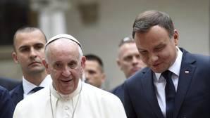 El Papa invita a Polonia a «acoger a los que huyen de las guerras y del hambre»
