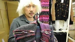 Un trabajador exhibe su mercancía en un almacén japonés