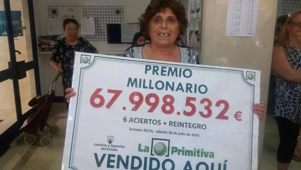 La ganadora de 68 millones de euros en La Primitiva posa con su premio