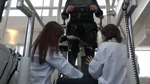 Ocho parapléjicos logran caminar tras un año de entrenamiento