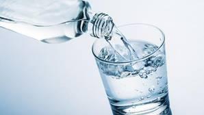 ¿Beber de la botella o del grifo? La calidad del agua, a debate