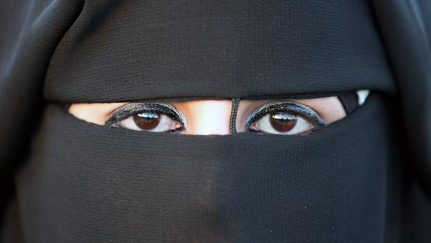 Una mujer con un niqab