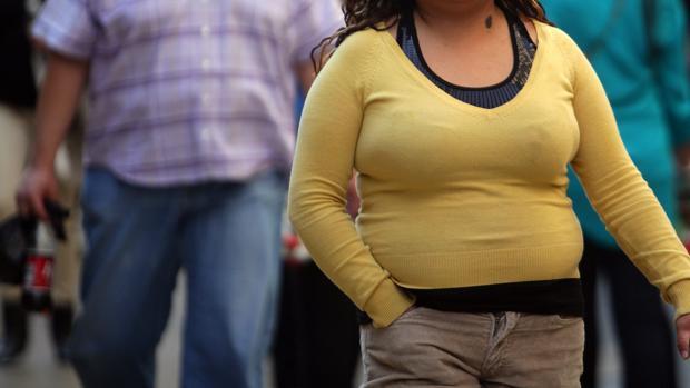 Una mujer con sobrepeso y obesidad abdominal pasea por una calle de México D.F.