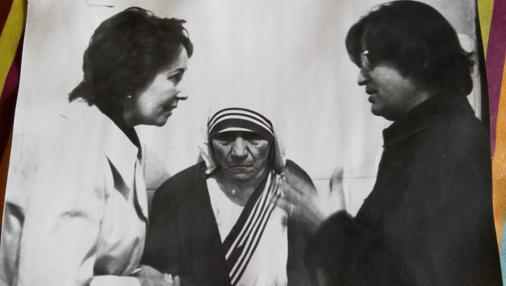 Una de las fotografías que conserva González-Balado (dcha) con la Madre Teresa