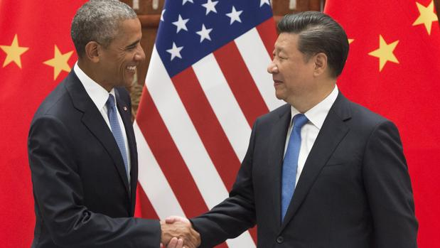 El presidente chino Xi Jinping (drcha.) y el presidente estadounidense Barack Obama (izq.) sellan hoy su connivencia en Pekín