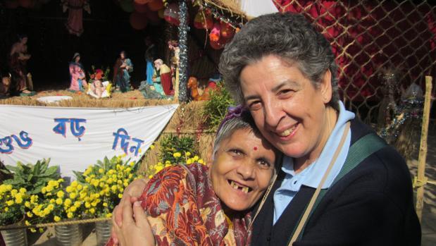 Montse Alonso en casa de las Misioneras de la Caridad en Premdan (Calcuta). La voluntaria española Montse Alonso, ante un Belén junto a una de las enfermas que atienden las Misioneras de la Caridad de Calcuta en la Casa de Premdan