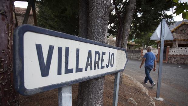 Un hombre camina en dirección a Villarejo, anejo de la localidad abulense de San Juan del Molinillo, donde pudo contagiarse por la picadura de una garrapata el hombre de 62 años