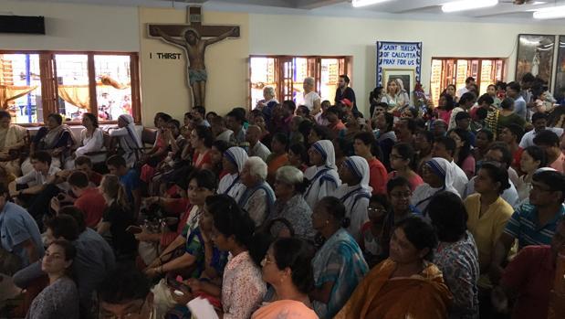 La capilla donde está la tumba de la Madre Teresa en la Casa de su orden de Calcuta, a rebosar de fieles