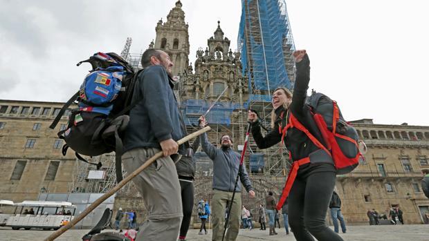 Un grupo de peregrinos, a su llegada a la meta del Camino de Santiago