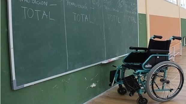 Una aula y una silla de ruedas para un docente con discapacidad