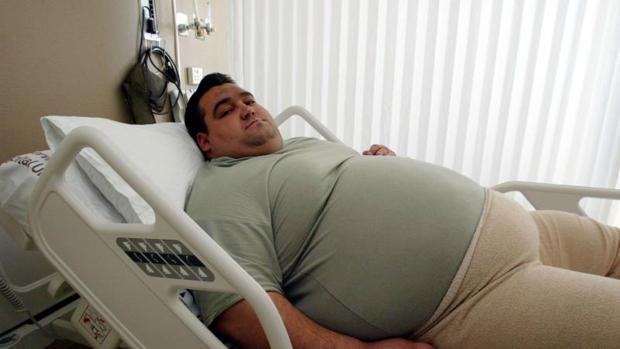 Un hombre obeso a la espera de una operación de estómago