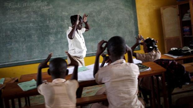 Una profesora enseña a sus alumnos en una escuela de Leveque, en Haití
