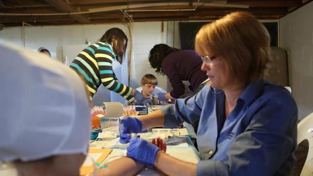 Enfermeras realizan las pruebas de la alergia a unos niños