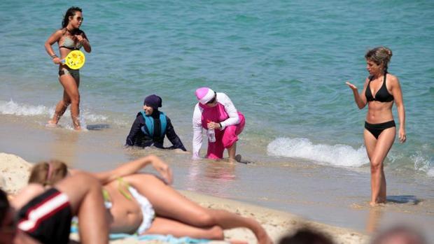 Un tribunal ha validado el decreto de un municipio de la isla de Córcega que prohíbe en sus playas el burkini y «cualquier traje de baño contrario a las buenas costumbres y al laicismo»