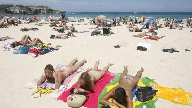 Una mujer sufre una brutal agresión por hacer «topless» en una playa francesa