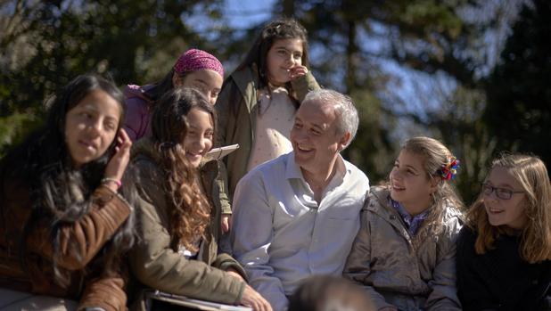 Pedro J. Puig Pérez, presidente de Aldeas Infantiles en España, rodeado de varios de los niños ayudados por la ONG
