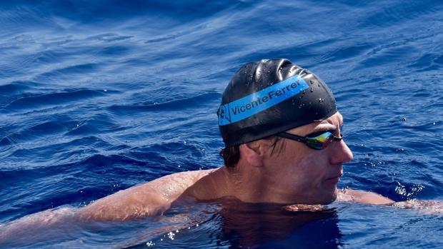 EL nadador en aguas abiertas, Christian Jongeneel con el gorro de la Fundación Vicente Ferrer