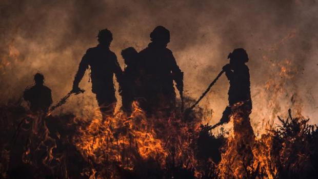 Bomberos intentan detener las llamas durante un incendio forestal del martes día 6 en Vila do Soajo