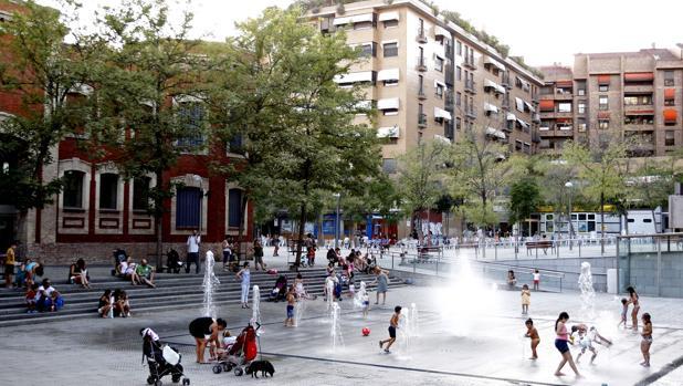 Unos niños se refrescan en las fuentes del madrileño barrio de Moratalaz donde ayer las temperaturas fueron más altas de lo normal para el mes de septiembre